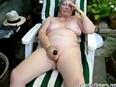 Granny Alice toying pussy in the garden Thumb