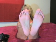 MILF shows off her beautiful feet Thumb